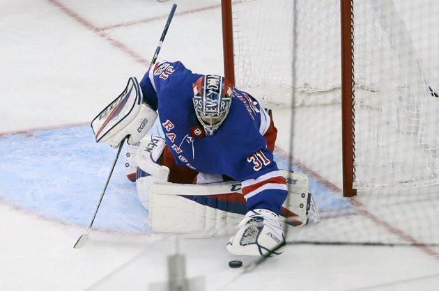 Ondřej Pavelec v akci při zápase NY Rangers proti New Jersey.