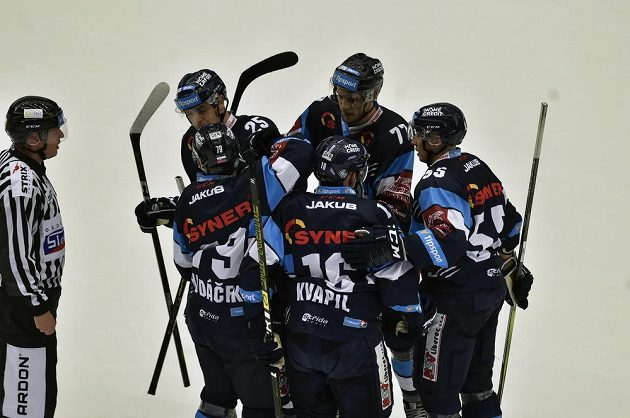 Hráči Liberece se radují z gólu. Čelem (zleva) Radan Lenc a Tomáš Havlín, zády (zleva) Libor Hudáček, Marek Kvapil a Martin Ševc.