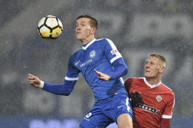 Liberecký fotbalista Ondřej Karafiát je atakován Michalem Škodou ze Zbrojovky v utkání nejvyšší soutěže.