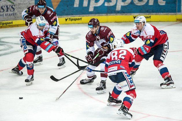 Martin Procházka ze Sparty v obležení pardubických hokejistů.
