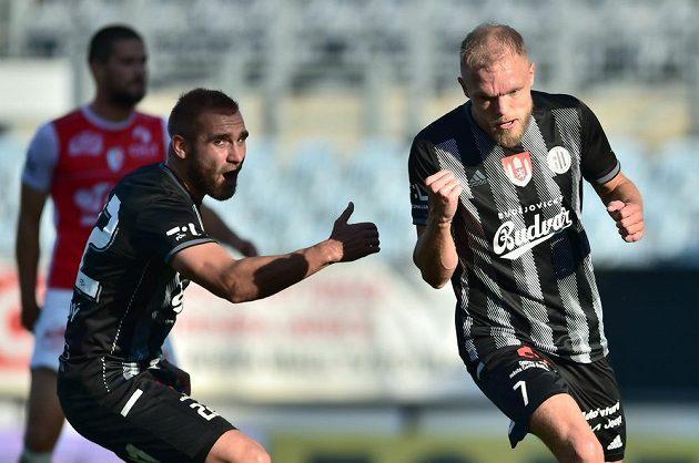 Hráči Budějovic se radují z gólu na 1:1. ZlevaMartin Sladký a autor branky Mick van Buren.