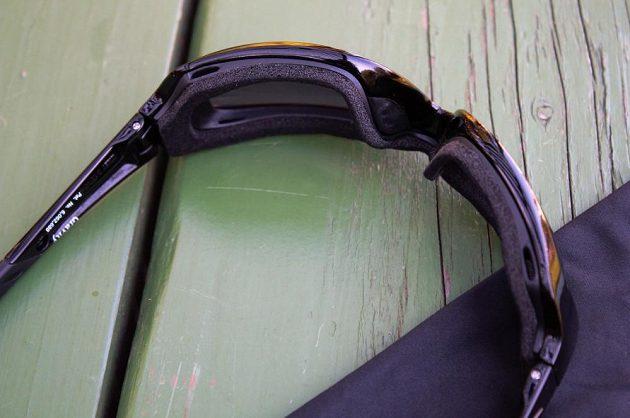 Sluneční brýle Wiley X Gravity - brýle s nasazeným gasketem. Za povšimnutí stojí větrací otvory.