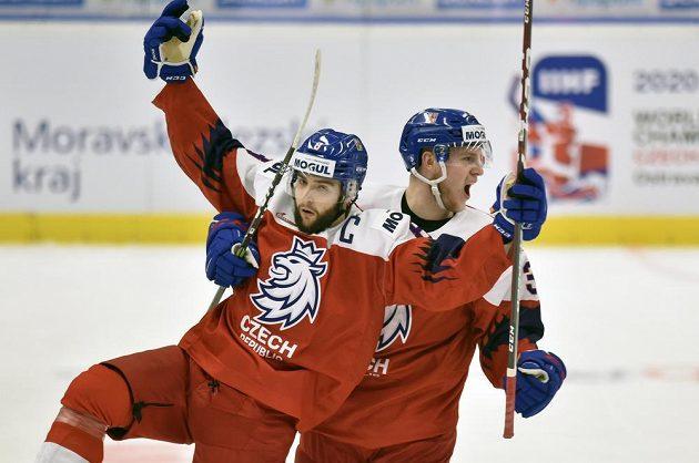 Kapitán české reprezentace Libor Zábranský (vlevo) se raduje z vyrovnávacího gólu proti USA na MS do 20 let.