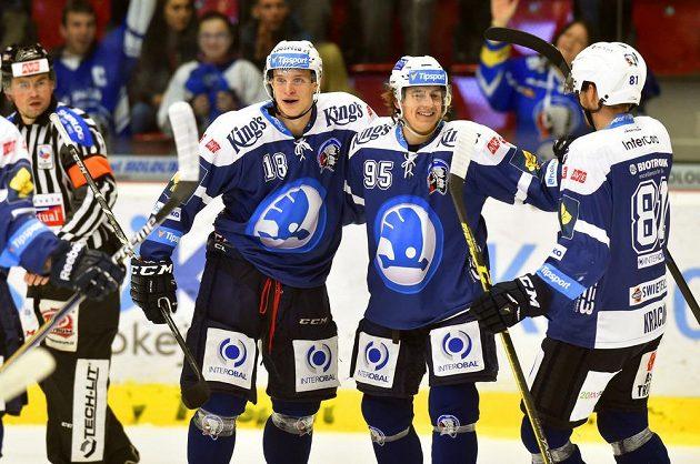 Plzeňští hokejisté se radují z gólu proti Karlovým Varům. Zleva střelec Dominik Kubalík, Miroslav Indrák a Jaroslav Kracík.