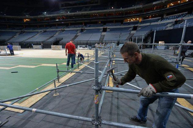 Přípravy kurtu pro finále Fed Cupu.