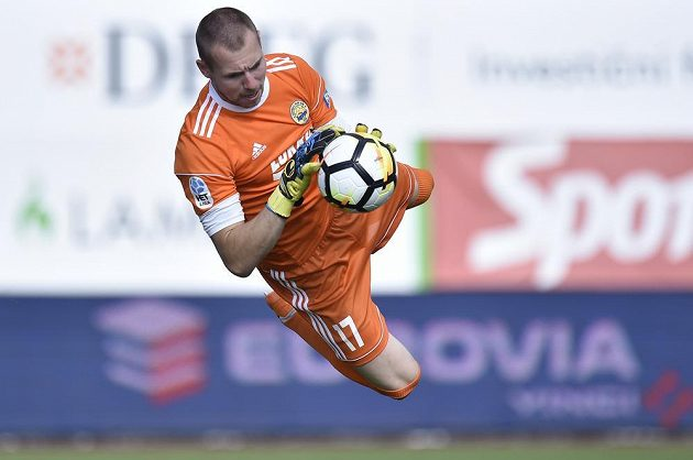 Brankář Zlína Stanislav Dostál v akci během utkání 5. kola první fotbalové ligy v Jablonci.