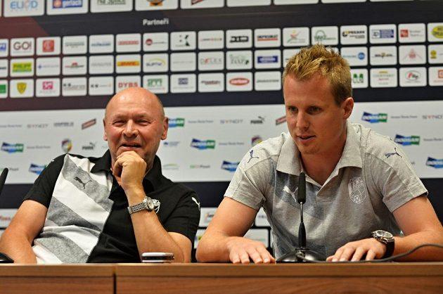 Zleva plzeňský trenér Miroslav Koubek a kapitán Viktorie David Limberský na tiskové konferenci před odvetou s Maccabi Tel Aviv.