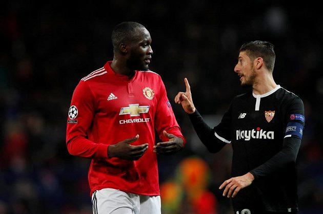 Romelu Lukaku z Manchesteru United v diskuzi se Sergiem Escuderem ze Sevilly.