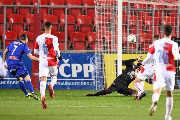 Olomoucký fotbalista vRadim Breite střílí gól na hřišti Slavie v nejvyšší soutěži.