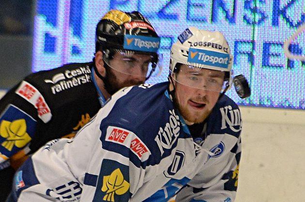 Plzeňský útočník Jakub Lev (vpravo) a litvínovský forvard Lukáš Vantuch v zápase 31. kola hokejové Tipsport extraligy.