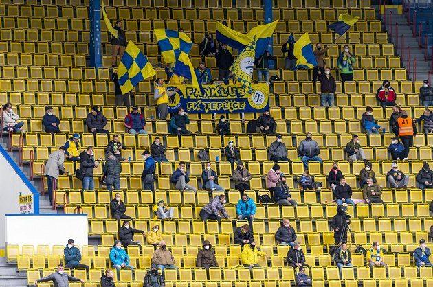 Diváci na tribuně sledují utkání 30. kola Fortuna ligy v Teplicích.