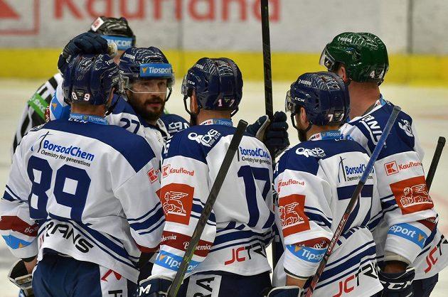 Hokejisté Vetkovice se radují z branky.