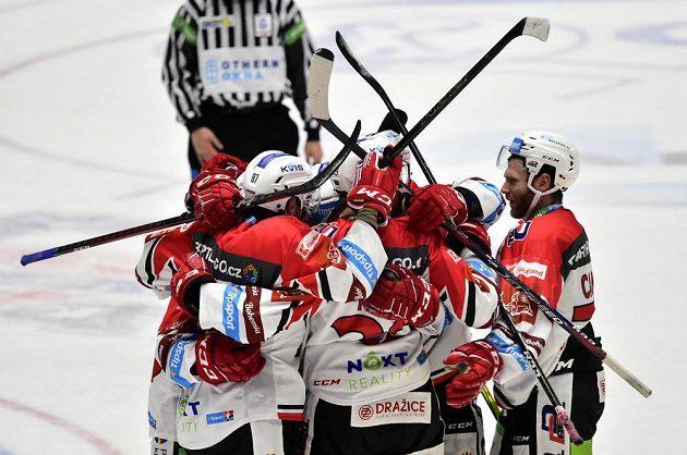 Hokejisté Pardubic se radují z branky. Povedl se jim senzační obrat.