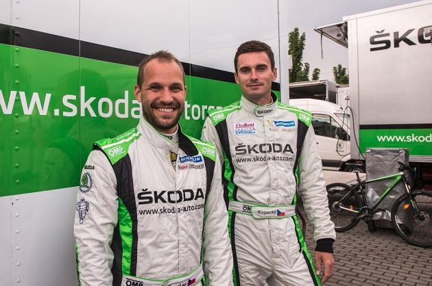 Jan Kopecký a navigátor Pavel Dresler (vlevo) se chystají k potvrzení domácí neporazitelnosti.