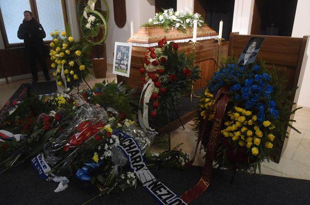 V obřadní síni ve Vítkovicích se v pondělí konalo poslední rozloučení s bývalým fotbalovým brankářem Pavlem Srníčkem.