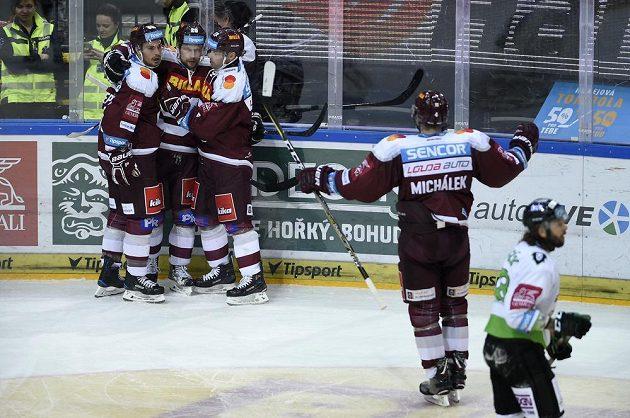 Z gólu se radují hráči Sparty (zleva) Michal Řepík, Petr Vrána, Jaroslav Hlinka a Zbyněk Michálek.