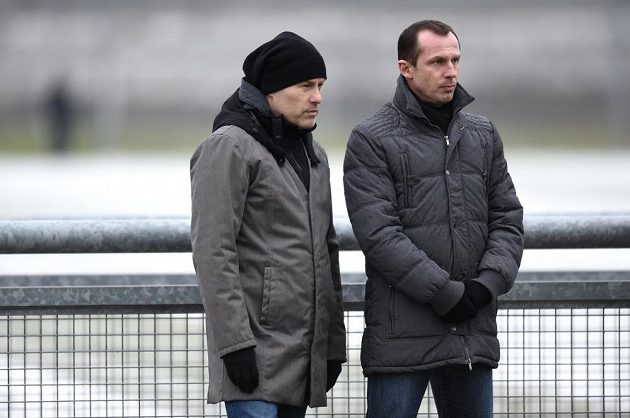 Trenéři Pavel Hapal (vlevo) a Radoslav Látal sledují přípravné utkání Sparta - Trnava.
