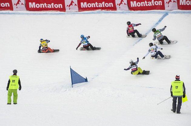 Snowboardkrosařka Eva Samková v čele závodu.