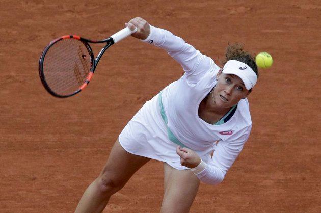 Australanka Samantha Stosurová servíruje v zápase se Španělkou Garbiňe Muguruzaovou v semifinále French Open.