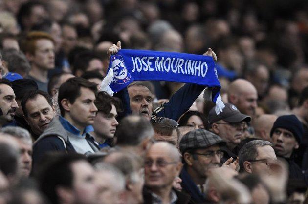 Fanoušci Chelsea drží šálu vyjadřující podporu bývalému trenérovi José Mourinhovi.