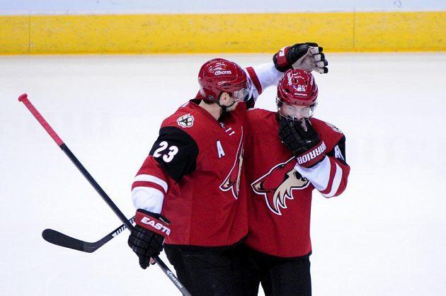 Mikkel Boedker (vpravo) slaví svou trefu se spoluhráčem Oliverem Ekmanem-Larssonem.