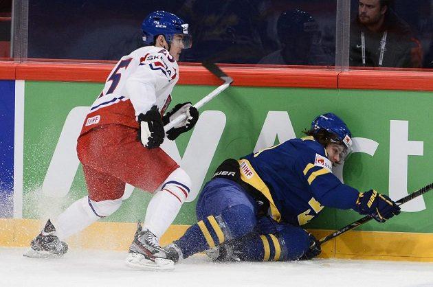 Jiří Hudler (vlevo) atakuje u hrazení Švéda Calleho Järnkroka.