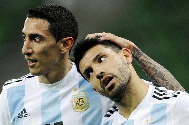 Argentinci Ángel di María (vlevo) a střelec gólu Sergio Agüero se radují při utkání s Nigérií v ruském Krasnodaru.