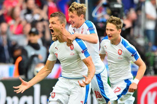 Čeští fotbalisté (zleva) Tomáš Necid, Ladislav Krejčí a Milan Škoda se radují z vyrovnávacího gólu proti Chorvatsku.