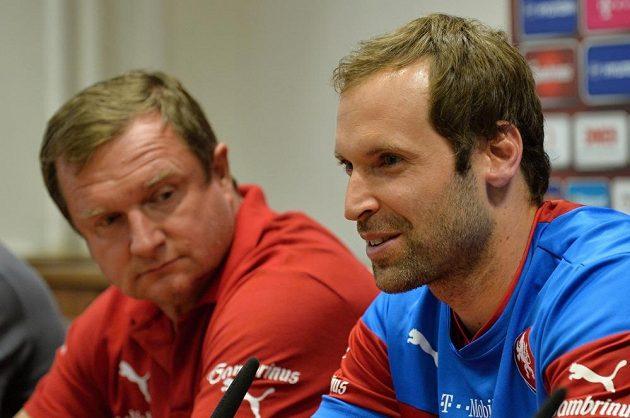 Trenér české fotbalové reprezentace Pavel Vrba (vlevo) a kapitán mužstva Petr Čech na tiskové konferenci před kvalifikačním duelem s Kazachstánem.