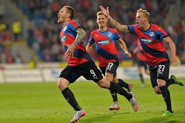 Ondřej Vaněk (vlevo) se raduje se spoluhráči z Plzně z gólu, který vstřelil do sítě Vojvodiny Novi Sad.