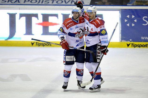 Zleva Blaž Gregorc a Petr Sýkora z Pardubic se radují z gólu v utkání proti Kometě Brno.