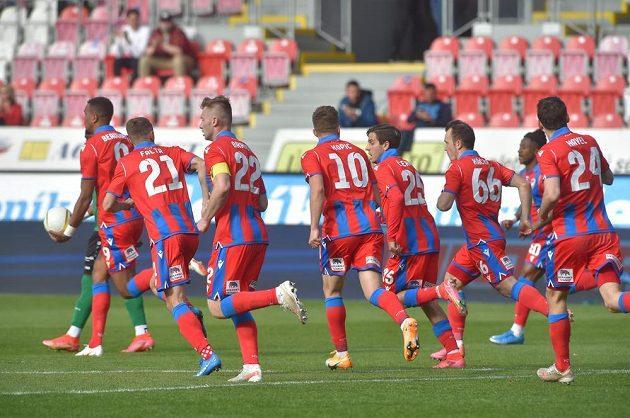 Fotbalisté Plzně se radují z gólu.