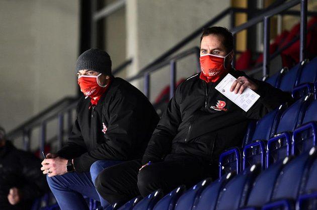 Zleva asistent trenéra Pardubic Petr Sýkora a týmový manažer Tomáš Rolinek sledují utkání z tribuny.