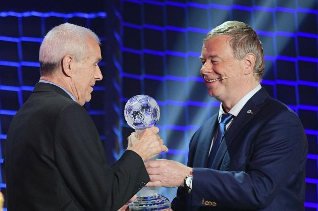 Bývalý trenér Baníku Ostrava Jaroslav Janoš (vlevo) převzal Cenu Františka Hrdličky.
