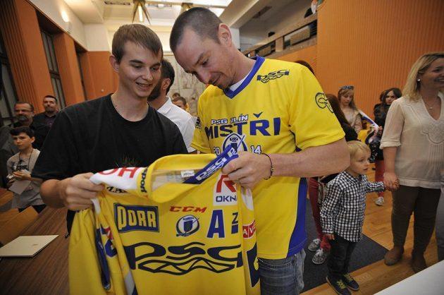 Zlínský kapitán Petr Čajánek se podepisuje na radnici na dres fanouškovi.