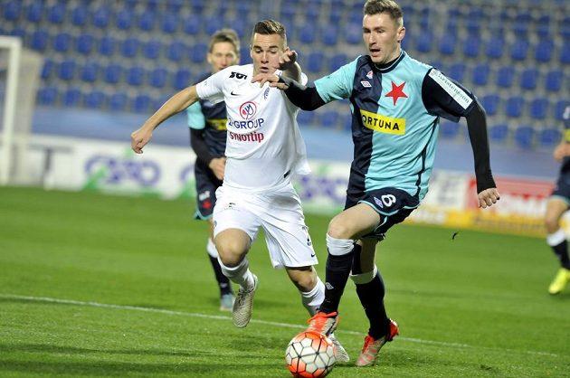 Obránce Slovácka Juraj Chvátal (vlevo) a záložník Slavie Jaromír Zmrhal v zápase 14. kola Synot ligy.