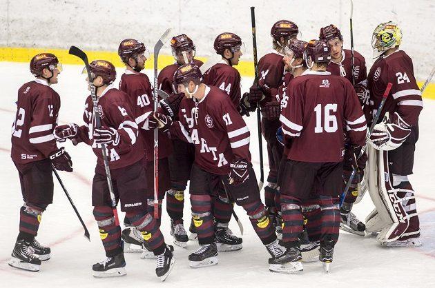 Hráči Sparty oslavují vyhrané utkání nad hokejisty Pardubic během turnaje Mountfield Cup.