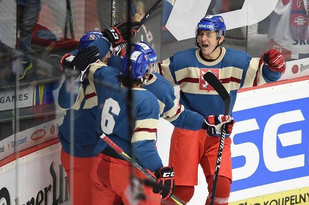 Čeští hokejisté se radují z prvního gólu proti Švédům v utkání EHT v Českých Budějovicích.