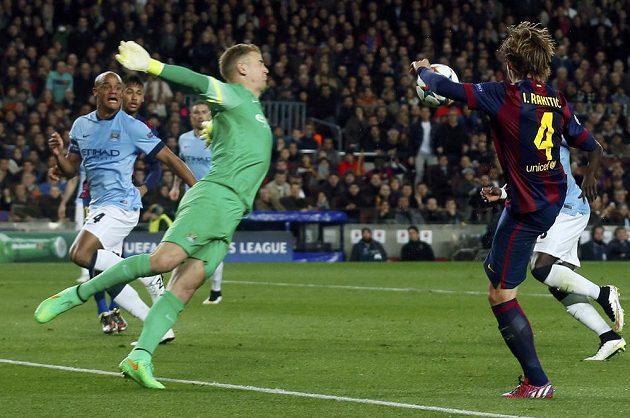 Takto Ivan Rakitič (vpravo) z Barcelony přeloboval brankáře Joea Harta z Manchesteru City a otevřel skóre zápasu na Camp Nou.