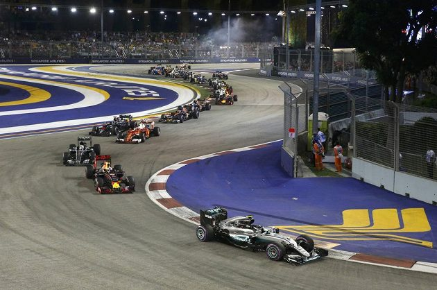 Start Velké ceny Singapuru. V čele jede Nico Rosberg.