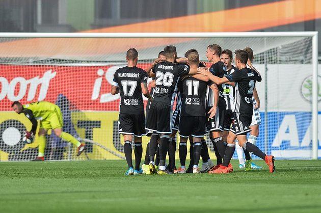 Fotbalisté Českých Budějovic se radují ze vstřeleného gólu.