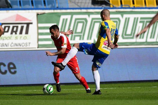 Brněnský Alejandro Acosta a Jan Rezek z Teplic bojují o míč v utkání 28. kola HET ligy.