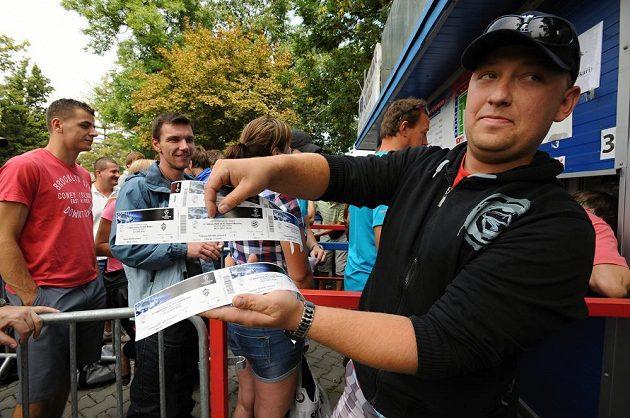 Nekonečné čekání na otevření pokladen s lístky na domácí utkání Viktorie Plzeň v Lize mistrů se některým vyplatilo.