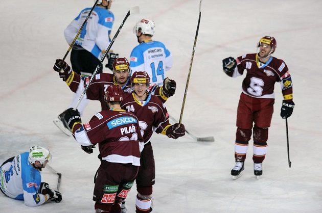 Sparťanský útočník Daniel Přibyl (třetí zprava s číslem 74) oslavuje se spoluhráči gól proti Plzni.