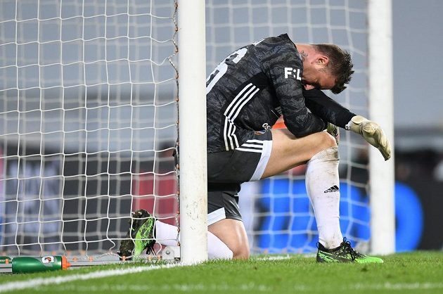 Brankář Baníku Jan Laštůvka po patém inkasovaném gólu během utkání se Spartou.