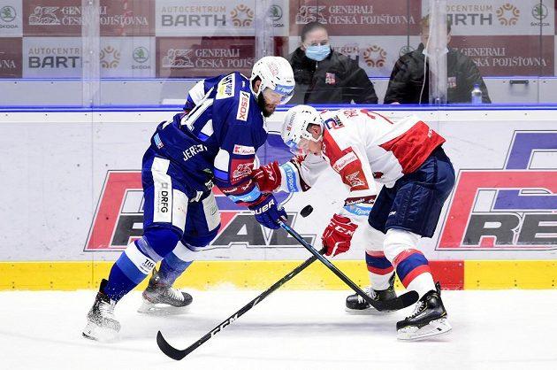 Zleva Tomáš Vincour z Brna a Michal Hrádek z Pardubic během utkání hokejového Poháru Generali České pojišťovny.