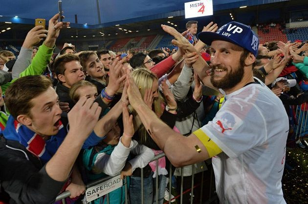 Roman Hubník z Plzně se raduje s fanoušky z výhry a titulu.