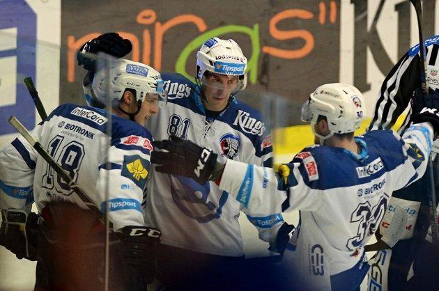 Hráči Plzně se radují z vítězství nad Hradcem.