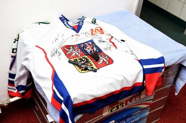 Dresy budou cenným suvenýrem. Jeden z nich byl den před MS připraven v kabině české hokejové reprezentace.