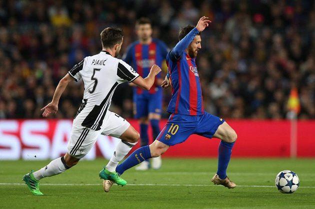 Barcelonský Lionel Messi v akci s Miralem Pjanicem z Juventusu během odvetného čtvrtfinále Ligy mistrů.